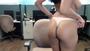 भारतीय सुंदर लड़की कार्यालय में हस्तमैथुन करता है