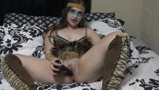 देसी भारतीय हस्तमैथुन करता है और उसकी चूत को काले डिल्डो से चोदता है