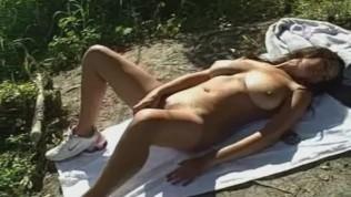 हॉट बड़े स्तन बेब सड़क पर हस्तमैथुन करता है